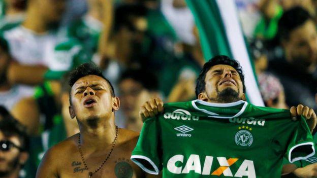 Fanáticos del Chapecoense llorando.