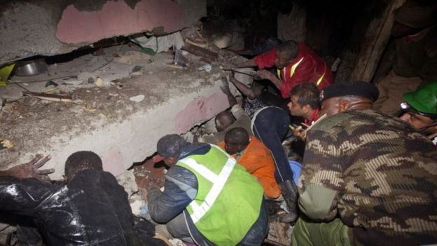 Rescue personnel search for survivors at the site of a building collapse in Nairobi, Kenya (30 April 2016)