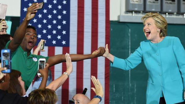 Hillary Clinton con un seguidor.