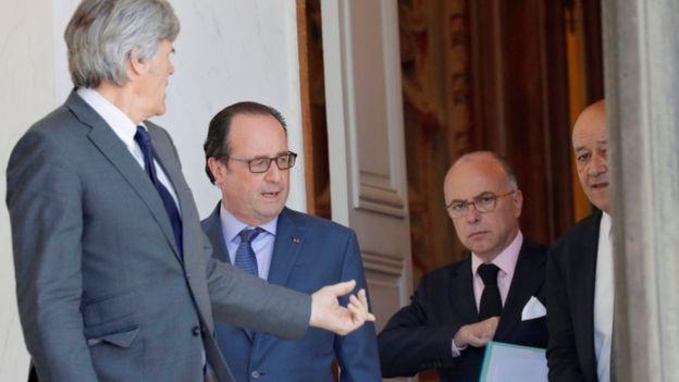 Este sábado el presidente François Hollande (segundo por la izquierda) se reunió con los principales asesores en seguridad de la república.