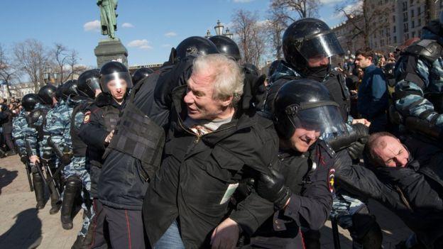 Policía detiene manifestantes en la Plaza Pushkin, centro de Moscú.