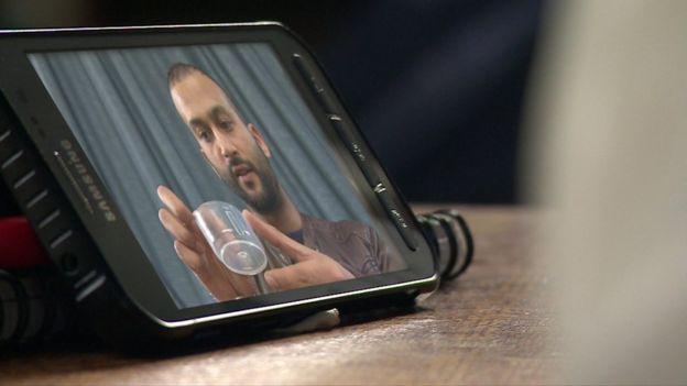 Johnny Islam en la pantalla de su celular