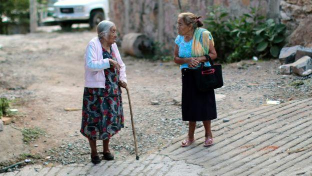 Dos mujeres mexicanas hablando