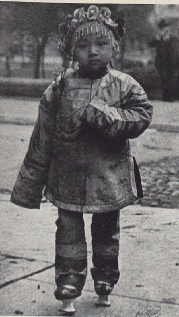 Un niño con un atuendo tradicional