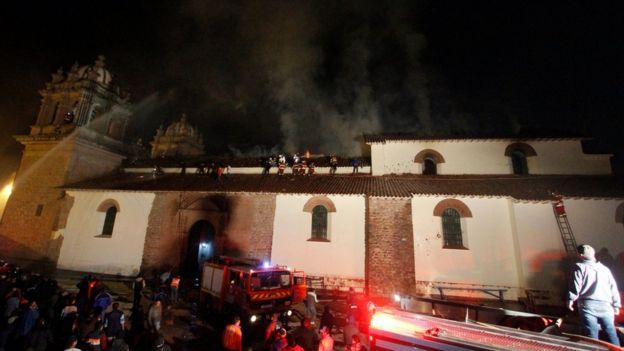 Bomberos intentan sofocar el fuego en San Sebastián