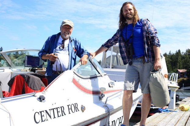 El profesor Darren Croft (der) con Ken Balcomb del Centro de Investigación de Cetáceos