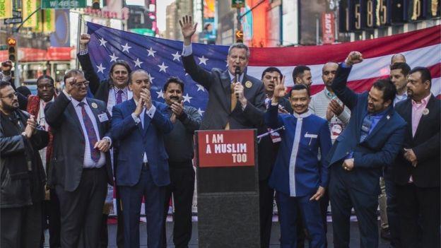 Maayarka New York, Bill de Blasio wuxuu ka mid ahaa dadkii ka qeybgalay dibadbaxyada qaar oo taageersan Muslimiinta.