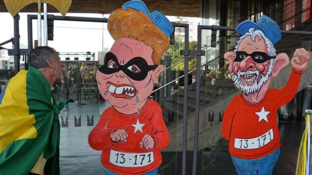 Caricaturas de Dilma Rousseff y Lula Da Silva como presidiarios.
