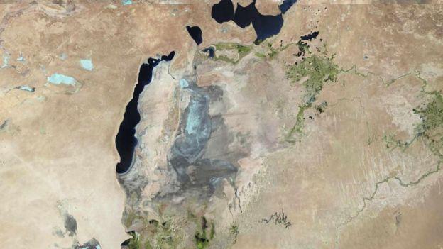 El antes y después del mar de Aral, en Kazajistán que en menos de 40 años ha perdido un 90% de su extensión.