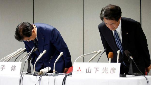 Los ejecutivos de Mitsubishi Osamu Masuko y Mitsuhiko Yamashita