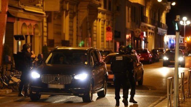 La policía de Niza realiza controles en los vehículos tras el ataque.