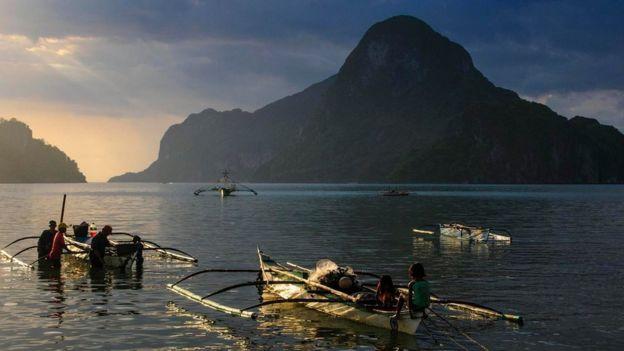 Una escena de mar y montaña en Filipinas