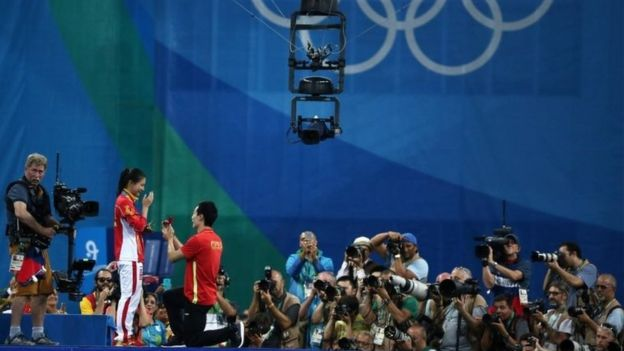 He Zi de China recibe una propuesta de matrimonio durante la ceremonia de premiación.
