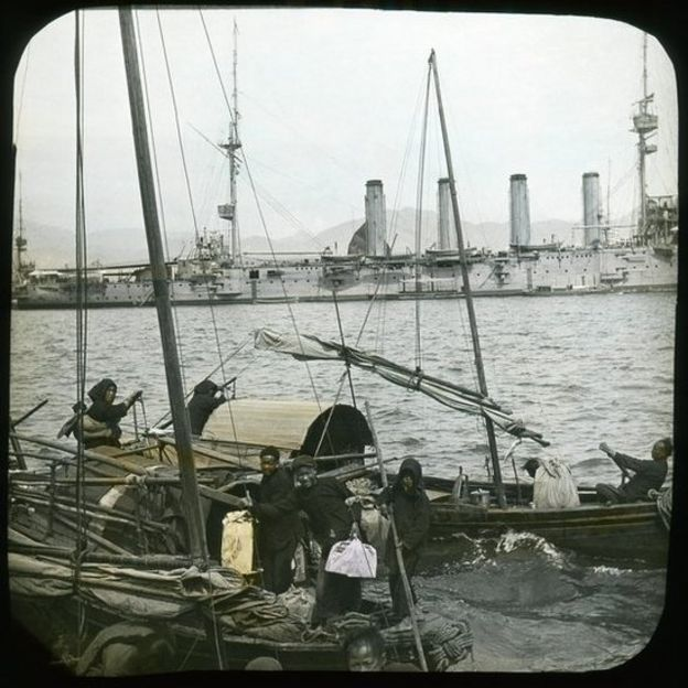 維港的阿弗烈王軍艦和蜑家艇。
