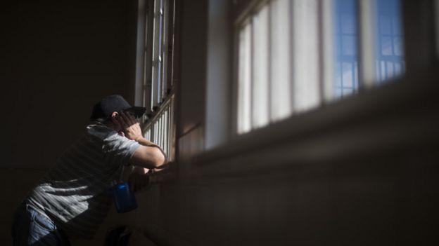 Argentino mira por la ventana