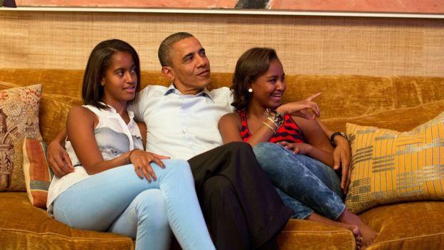 Rais Obama aketi na mabinti zake Malia (kushoto) na Sasha