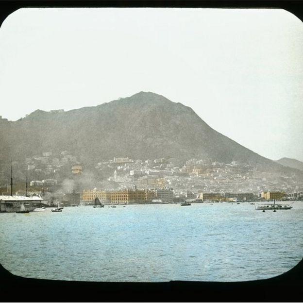由皇后像廣場至租庇利街的干諾道中,左方為添馬軍艦,右鄰兩座大樓為太子行及皇后行(現文華酒店所在)。