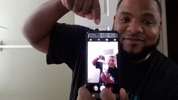 Julius Wilkerson mostrando su Galaxy Note 7 a la cámara