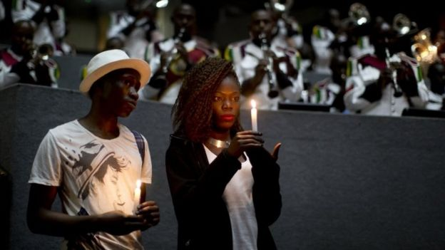 Christine Ochieng holds a candle in memory of those who died in the Garissa attack, at a Nairobi memorial event (02/04/2016)