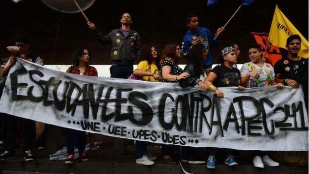 Estudantes fazem manifestação contra a PEC; para relator da ONU, educação ficará prejudicada