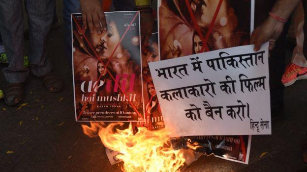 今年10月24日印度右翼民族主義活動人士在新德里燒燬印有巴基斯坦演員的印度電影海報以示不滿。