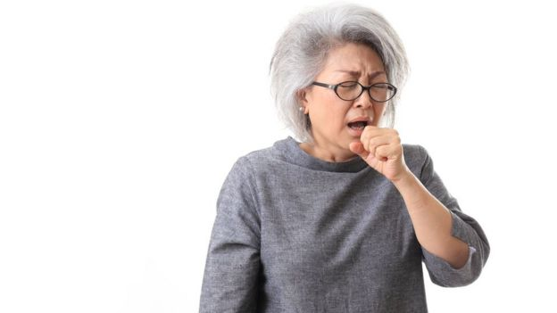 Mujer tosiendo.