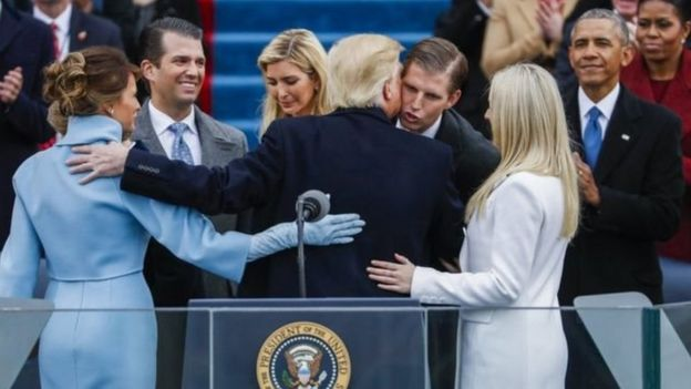 特朗普在宣誓後接受家人的祝賀