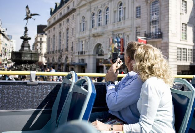 Pareja en un bus turístico en Londres