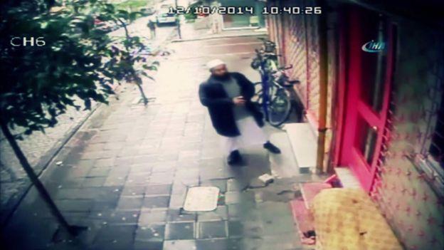 Özbek din adamı Abdullah Buhari, Zeytinburnu'nda ders verdiği derneğe girmeyi bekliyor.