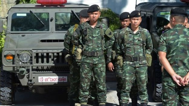 Thai soldiers stand guard ahead of the National Reform Council (NRC) vote for the draft of the new constitution at Parliament in Bangkok (06 September 2015)