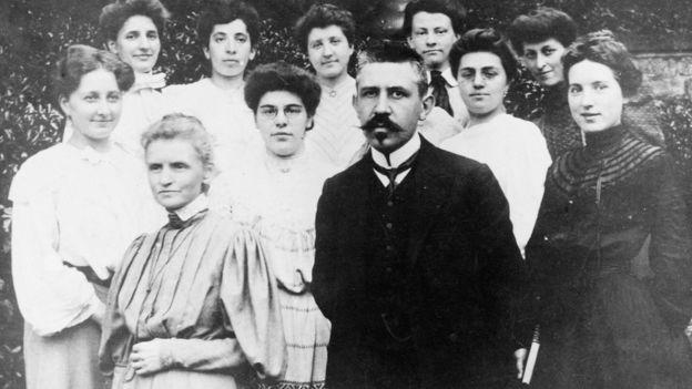 Marie Curie y Paul Langevin adelante de un grupo de mujeres. La foto fue tomada a principios de 1910. GETTY IMAGES
