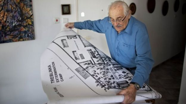 Holocaust survivor Samuel Willenberg displays a map of Treblinka extermination camp (31 October 2010)
