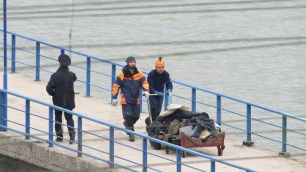 أجزاء من حطام الطائرة العسكرية الروسية التي سقطت في البحر الأسود قرب منتجع سوتشي