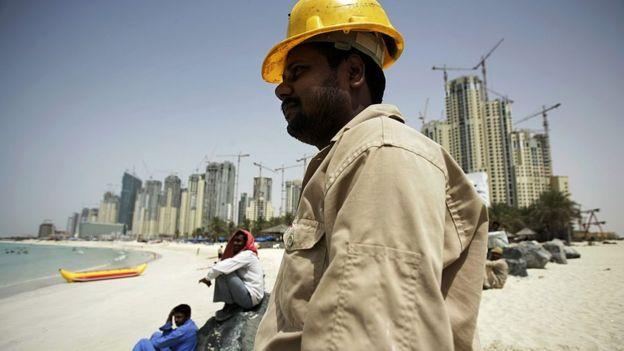 Trabajador en una playa de Dubai