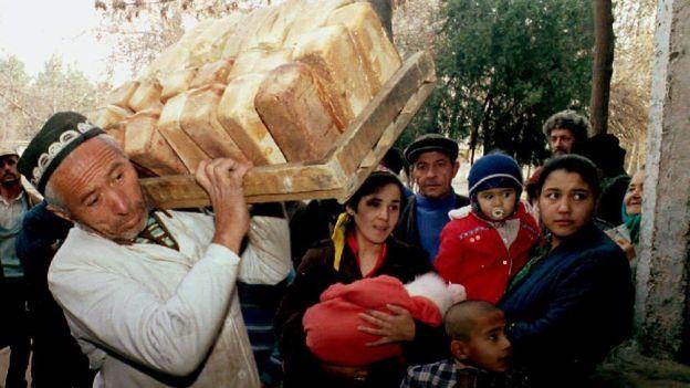 Декабрь 1992 года в Душанбе: беженцы и местные жители в очереди за хлебом