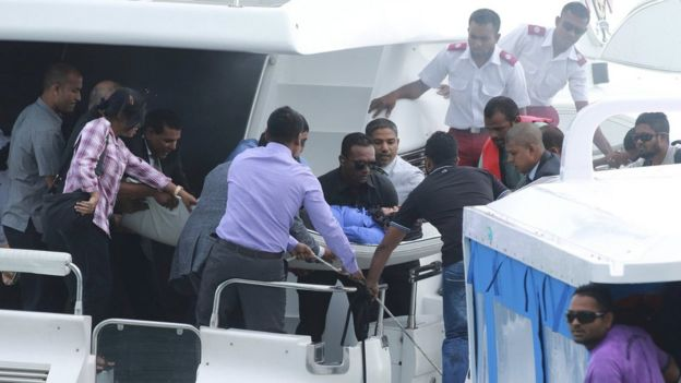 Officials carry an injured woman off the speedboat of Maldives President Abdulla Yameen (not pictured) after an explosion onboard, in Male, Maldives on 28 September 2015