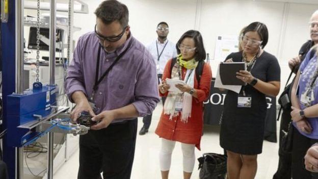 Corning şirketi laboratuvar ortamında yeni camlarını gösterdi