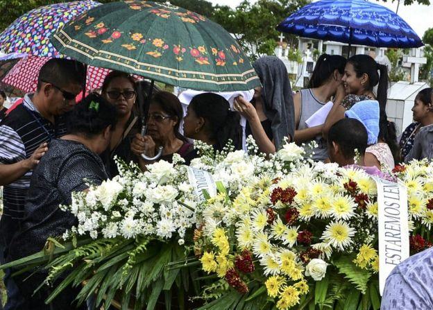 Familiares de los muertos en la rebelión de la cárcel Anisío Jobim de Manaos, Brasil, durante el entierro.