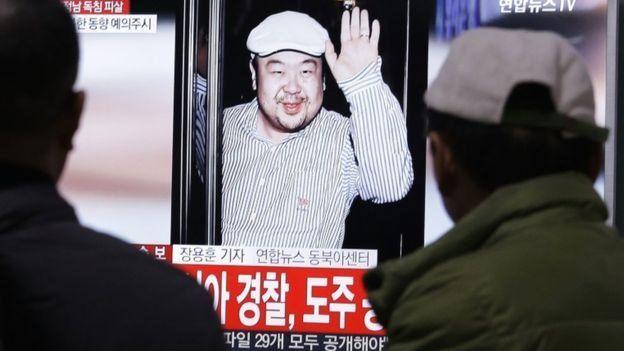 Dos personas miran un noticiero informando sobre la muerte de Kim Jong-nam.