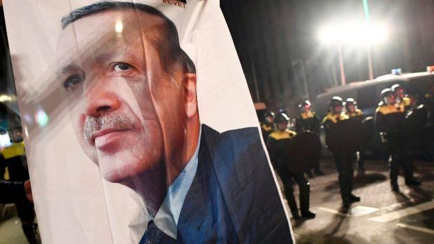 عکس بزرگی از آقای اردوغان که در تجمع امروز حامیان او حمل میشد