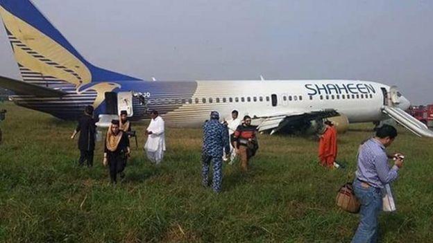 [Internacional] Avião faz pouso forçado no Paquistão _86474705_e-eg_mec