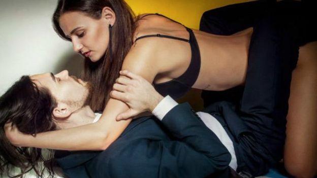 Casal se abraça