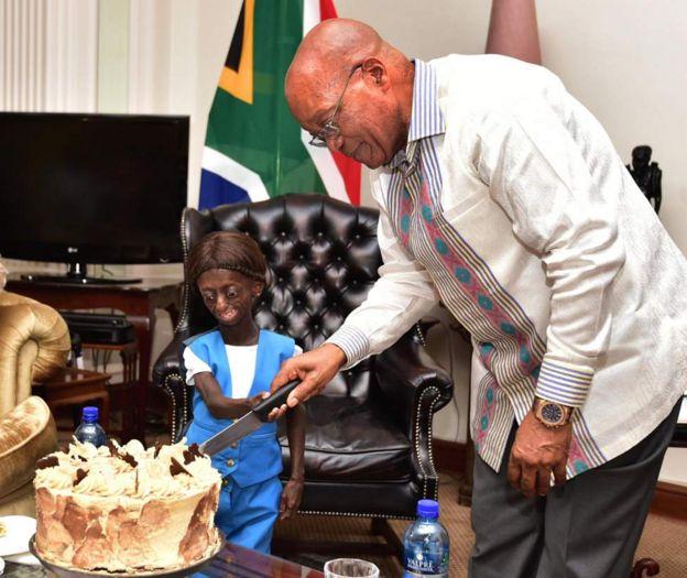 Ontlametse Phalatse a coupé son gâteau d'anniversaire avec le président