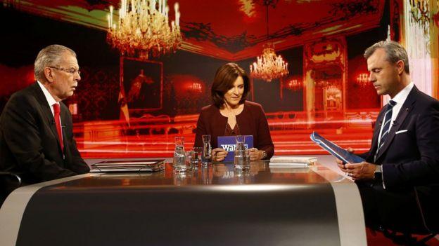 Debate televisivo entre los candidatos de izquierda Alexander Van der Bellen (izq.) y el líder de la extrema derecha Norbert Hofer (der.)