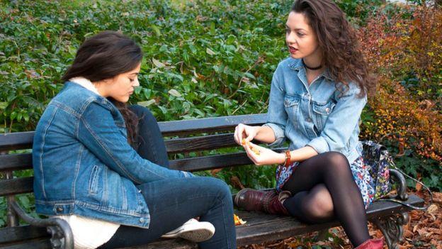 Dos amigas hablando