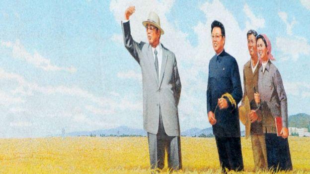 Şimali Koreyanın keçmiş prezidentləri, ata Kim İl-Sung (solda) və oğul Kim Jong-İl-i (ortada) göstərən afişa