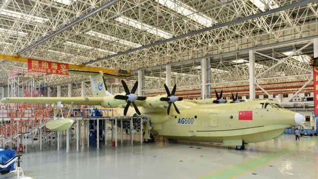 Avión anfibio AG-600 saliendo de la fábrica en Zhuhai