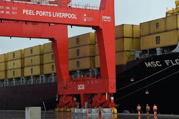 Contenedores en un barco y grúas en el puerto de Liverpool, Reino Unido.