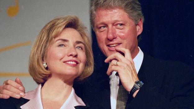 Hillary Clinton cuando era Primera Dama de EE.UU. junto a su esposo, el expresidente Bill Clinton.