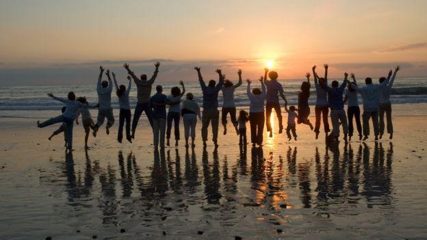 Personas saltando olas.